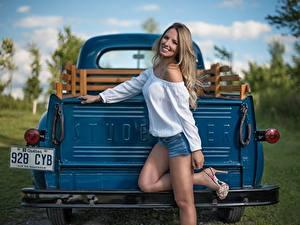 Фотографии Грузовики Улыбка Красивые Studebaker Девушки Автомобили