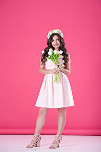 Картинки Тюльпаны Цветной фон Шатенка Платье Улыбка Девушки