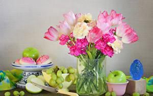 Фото Тюльпан Пионы Яблоки Виноград Ножик Ваза Серый фон цветок Еда