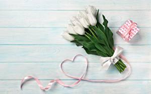 Обои Тюльпаны День святого Валентина Сердце Подарки Доски цветок
