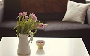 Обои Тюльпаны Ваза Диване Подушки цветок