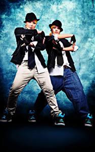 Фотография Двое Танцы Руки Взгляд Шляпа Девушки