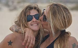 Фотографии 2 Тату Очки Улыбка Поцелуй Объятие Девушки