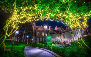 Картинка США Диснейленд Парк Дома Калифорния Анахайм Ночные Уличные фонари Гирлянда Кусты HDRI город