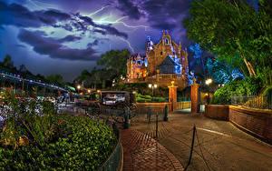 Картинка США Диснейленд Парк Дома Калифорнии Анахайм Дизайн Ночные Кареты Уличные фонари Ограда Молнии