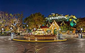 Обои США Диснейленд Парки Здания Фонтаны Железные дороги Вечер Калифорнии Анахайм HDR Дизайна город