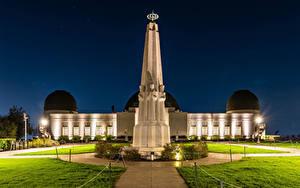 Картинки США Дома Памятники Лос-Анджелес Калифорнии Ночь Уличные фонари Газон Griffith Observatory Города