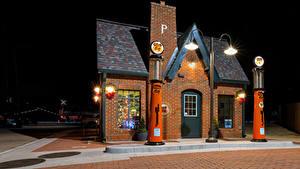 Обои для рабочего стола США Дома Ночью Уличные фонари Red Fork, Oklahoma, Phillips 66 Station город