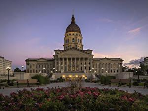 Фотографии Штаты Петуния Вечер Дворца Газон Уличные фонари Скамья Kansas State Capitol город
