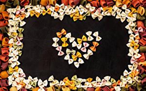 Фотографии День святого Валентина Черный фон Макароны Дизайн Сердца Пища
