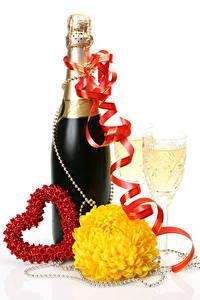 Картинка День всех влюблённых Шампанское Хризантемы Белый фон Бутылка Сердце Лента Бокалы Еда