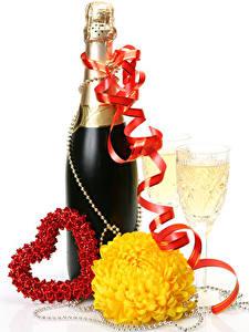 Картинка День всех влюблённых Шампанское Хризантемы Белый фон Бутылки Сердце Лента Бокалы Еда