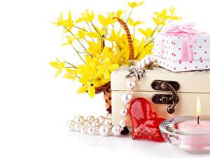Обои День всех влюблённых Нарциссы Свечи Украшения Белый фон Сердечко Подарки Цветы