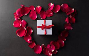 Обои День всех влюблённых Серый фон Лепестков Красные Подарки Серце цветок