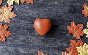 Фотографии День святого Валентина Сердца Коричневые Листва Клёновый