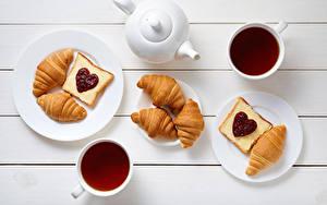 Обои День всех влюблённых Чайник Чай Круассан Бутерброды Доски Завтрак Тарелка Чашка Сердечко