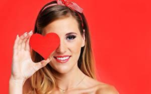 Картинки День святого Валентина Красный фон Сердце Улыбка Руки Девушки
