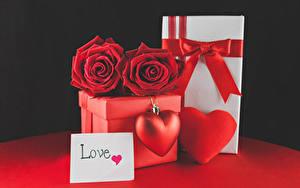 Картинки День всех влюблённых Розы Черный фон Английский Подарки Коробка Красный Сердечко Бантик