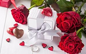 Обои День всех влюблённых Розы Конфеты Подарок Бантик Сердца Ювелирное кольцо