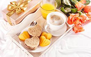 Картинка День святого Валентина Розы Кофе Сок Капучино Хлеб Завтрак Чашка Стакан Сердечко Пища Цветы