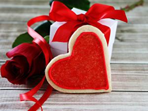 Фотографии День всех влюблённых Розы Печенье Доски Красный Подарки Сердечко Ленточка Пища Цветы