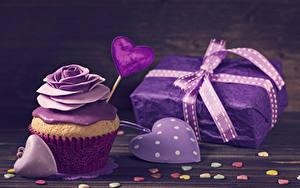 Фото День всех влюблённых Розы Сладости Капкейк кекс Доски Дизайн Сердца Подарок Фиолетовых Пища