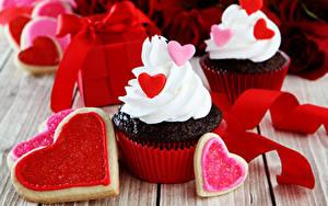 Обои для рабочего стола День святого Валентина Сладкая еда Пирожное Капкейк кекс Доски Сердце Лента Пища