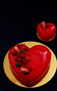 Картинки День святого Валентина Сладкая еда Торты Пирожное Ягоды На черном фоне Тарелке Пища