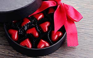 Картинка День святого Валентина Сладкая еда Конфеты Доски Сердце Бантик