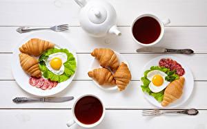 Фото День всех влюблённых Чай Круассан Ножик Колбаса Завтрак Двое Чашка Яичница Сердечко Вилка столовая