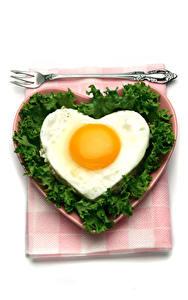 Картинки День святого Валентина Овощи Белый фон Тарелка Яичницы Сердце Вилка столовая Продукты питания