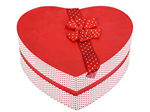 Фотографии День святого Валентина Белый фон Подарок Коробка Сердечко Бантик
