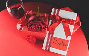 Картинки День всех влюблённых Вино Розы Подарки Бокалы Красный Сердце Бантик Еда