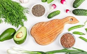 Обои для рабочего стола Овощи Авокадо Укроп Огурцы Редис Зелёный лук Белый фон Разделочная доска Продукты питания