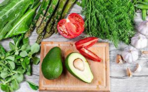Фото Овощи Авокадо Помидоры Укроп Чеснок Доски Разделочной доске Спаржа Еда