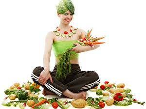 Обои для рабочего стола Овощи Морковка Картошка Поза лотоса Оригинальные Белым фоном Улыбается Сидит Девушки Еда