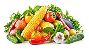 Обои Овощи Кукуруза Чеснок Перец Огурцы Томаты Белом фоне Продукты питания