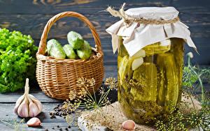 Обои Овощи Огурцы Чеснок Укроп Банке Корзинка Продукты питания