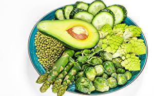 Фотография Овощи Огурцы Авокадо Горох Белом фоне Тарелке Спаржа Пища