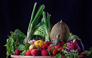 Обои Овощи Фрукты Дыни Сливы Лук репчатый Клубника Черный фон Еда