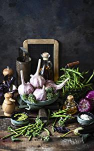 Фотографии Овощи Чеснок Лук репчатый Горох Доски Соли Пища