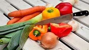 Обои Овощи Ножик Морковь Перец Лук репчатый Чеснок Доски Еда
