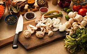 Картинка Овощи Грибы Ножик Специи Разделочная доска
