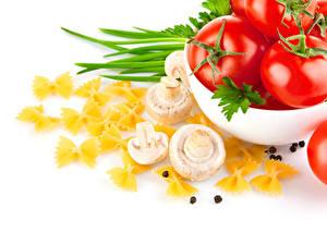Фотография Овощи Грибы Помидоры Перец чёрный Белым фоном Макароны Еда