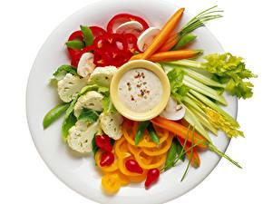 Обои для рабочего стола Овощи Перец Морковь Белом фоне Тарелке Нарезка Еда