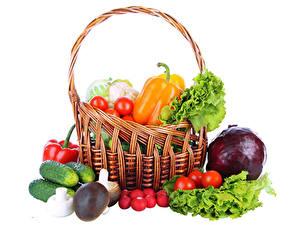 Обои для рабочего стола Овощи Перец овощной Томаты Грибы Огурцы Редис Белом фоне Корзины Еда