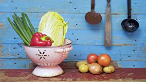 Фото Овощи Картошка Томаты Лук репчатый Доски Пища
