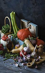 Фото Овощи Тыква Чеснок Смородина Доски Разделочной доске Бутылка Пища