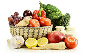 Фотографии Овощи Томаты Яблоки Лимоны Чеснок Перец овощной Белым фоном Корзина Продукты питания