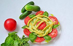 Фотография Овощи Томаты Огурцы Сером фоне Тарелке Нарезка Базилик душистый